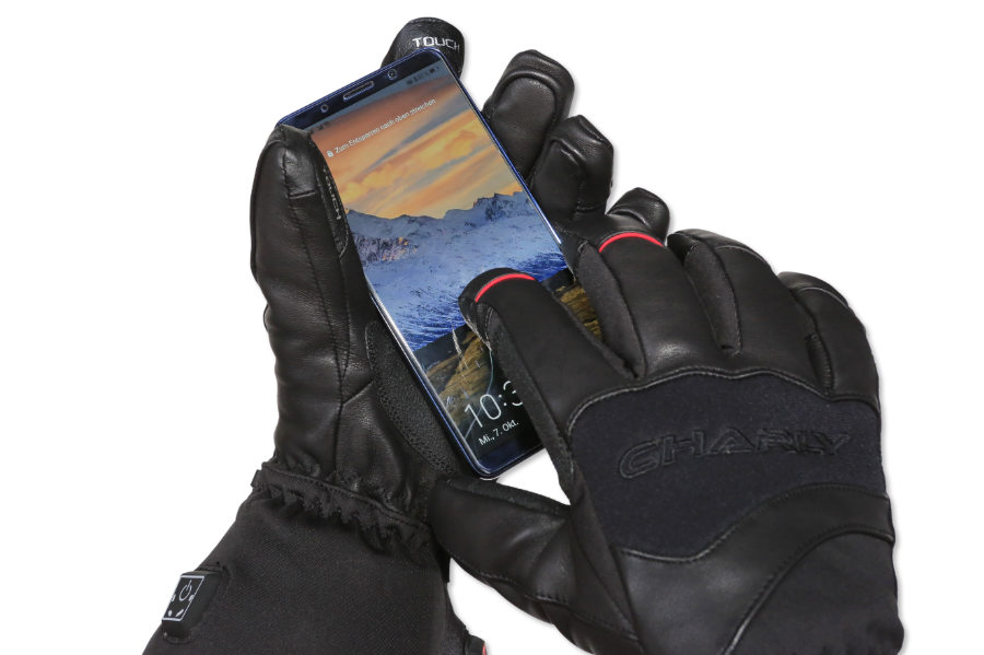 makes it possible to operate smartphones and tablets with a touch screen without taking off the gloves